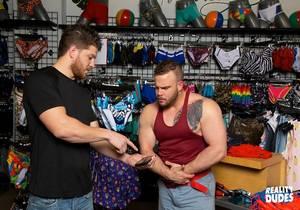 video Dudes In Public 39 Clothing Store – Ashton McKay, Daxx Carter (Bareback)