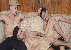 video Tres no Sofa – Johnny, Raoni & Eduard