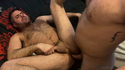 Riley Mitchel fucks Max Romano raw – Big Dicked Beef-n-Fur!